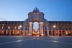 Rua Augusta Arch en la oscuridad en Lisboa Imagen de archivo libre de regalías