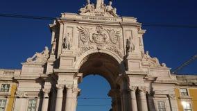 Rua Augusta Arch en Praca hace Comercio, Lisboa, Portugal Cacerola abajo a la calle metrajes
