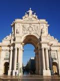 Rua Augusta Arch i Praca gör Comercio, Lissabon, Portugal Holländsk vinkel som skjutas mot genomdränkt blå himmel arkivbilder