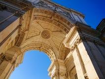 Rua Augusta Arch i Praca gör Comercio, Lissabon, Portugal Holländsk vinkel som skjutas mot genomdränkt blå himmel royaltyfri bild