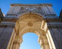 Rua Augusta Arch i Praca gör Comercio, Lissabon, Portugal Låg vinkel som skjutas mot genomdränkt blå himmel arkivbilder