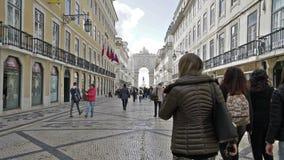 Rua Augusta con il Arco da Vitoria nei precedenti stock footage