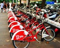 A rua bicycles em Barcelona, Catalonia, Espanha Foto de Stock Royalty Free