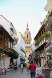 Rua bonita com uma vista da catedral de Cartagena de Índia - Colômbia foto de stock