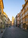 Rua bonita de Praga na cidade velha no tempo do nascer do sol fotografia de stock