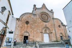 Rua branca com a catedral em Ostuni, Itália Fotos de Stock