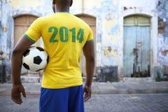 Rua brasileira Brasil de Favela da camisa do jogador de futebol em 2014 fotografia de stock
