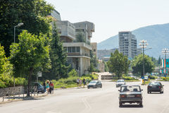 A rua central da cidade de Smolyan em Bulgária Fotos de Stock