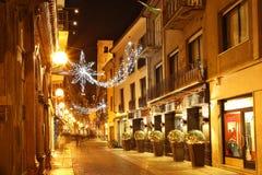 Rua central na noite. Alba, Italy. Imagem de Stock