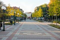 A rua central no Pomorie velho, Bulgária Imagem de Stock