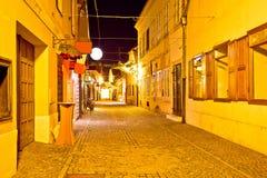 Rua cobbled antiga da opinião da noite de Varazdin Foto de Stock Royalty Free