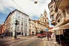 Rua Cobbled da capital histórica com bonde indo Imagens de Stock Royalty Free