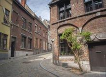 Rua Cobbled em Mons, Bélgica imagem de stock