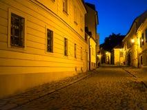 Rua Cobbled na noite imagem de stock