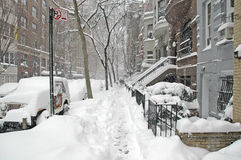 Rua coberta na neve após a tempestade de neve, New York City Fotos de Stock