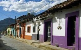 Rua colonial com casas coloridas San Cristobal de Las Casas imagem de stock