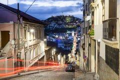 Rua colonial de Quito no crepúsculo Imagem de Stock
