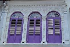 Rua colonial ornamentado 13 dos purvis das janelas e dos obturadores, Singapura Foto de Stock
