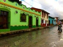 Rua colonial típica de San Cristobal de Las Casas em um dia chuvoso imagens de stock royalty free