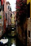 Rua colorida bonita com flores, canal e barco Imagem de Stock Royalty Free