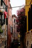 Rua colorida bonita com flores e canal Imagens de Stock Royalty Free