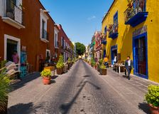 A rua colorida da cidade de Puebla, México imagem de stock