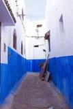 Rua colorida do Kasbah do Udayas em Rabat, Marrocos, A Fotos de Stock Royalty Free
