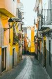 Rua colorida no centro histórico de Villajoyosa, Espanha Fotos de Stock Royalty Free