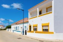 Rua com as casas brancas portuguesas típicas em Sagres, a municipalidade de Vila do Bispo, o Algarve do sul de Portugal foto de stock royalty free