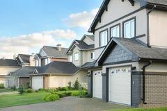 Rua com as casas de campo marrons dois-contado Foto de Stock Royalty Free