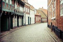 Rua com as casas velhas da cidade real Ribe em Dinamarca Fotografia de Stock Royalty Free
