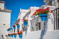Rua com as flores na cidade de Mijas, Espanha Fotos de Stock Royalty Free