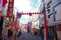 Rua com as lanternas vermelhas no bairro chinês de Yokohama Fotografia de Stock
