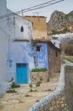 A rua com azul abriga Chefchaouen fotografia de stock