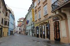 Rua com casas históricas - parte do centro histórico de Bratislava, capital de Eslováquia na Europa Central fotos de stock royalty free