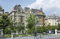 Rua com construções velhas bonitas o 9 de agosto de 2015 em Budapest, Hungria Imagens de Stock Royalty Free