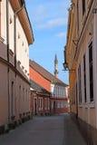 Rua com construções e o minarete velhos Eger Foto de Stock Royalty Free