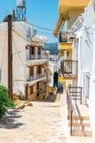 Rua com etapas na cidade de Sitia, Creta imagem de stock