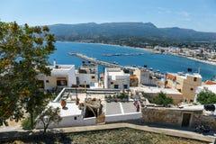 Rua com etapas na cidade de Sitia, Creta, Grécia Fotografia de Stock Royalty Free