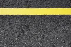 Rua com linha amarela Fotografia de Stock Royalty Free