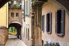 rua com o arco em Itália velho Imagens de Stock