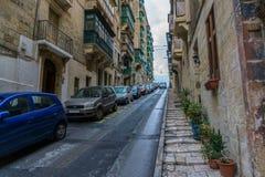 Rua com os balcões coloridos na parte histórica de Valletta em Malta Fotografia de Stock