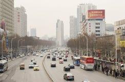 Rua com os carros em Wuhan de China Fotografia de Stock
