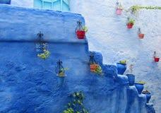 Rua com os potenciômetros de flor azuis coloridos, Marrocos de Chefchaouen Fotografia de Stock