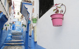Rua com os potenciômetros de flor coloridos, Marrocos de Chefchaouen Fotografia de Stock