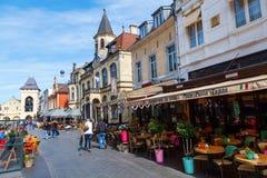 Rua com os restaurantes na cidade velha de Valkenburg de aan Geul, Países Baixos Imagem de Stock