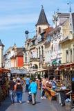 Rua com os restaurantes na cidade velha de Valkenburg de aan Geul, Países Baixos Imagens de Stock