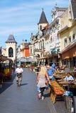 Rua com os restaurantes na cidade velha de Valkenburg de aan Geul, Países Baixos imagem de stock royalty free