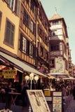 Rua com os turistas em Strasbourg, França Foto de Stock Royalty Free