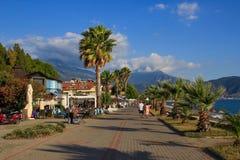 Rua com palmeiras e o mar Mediterrâneo em Fethiye, Turquia imagens de stock